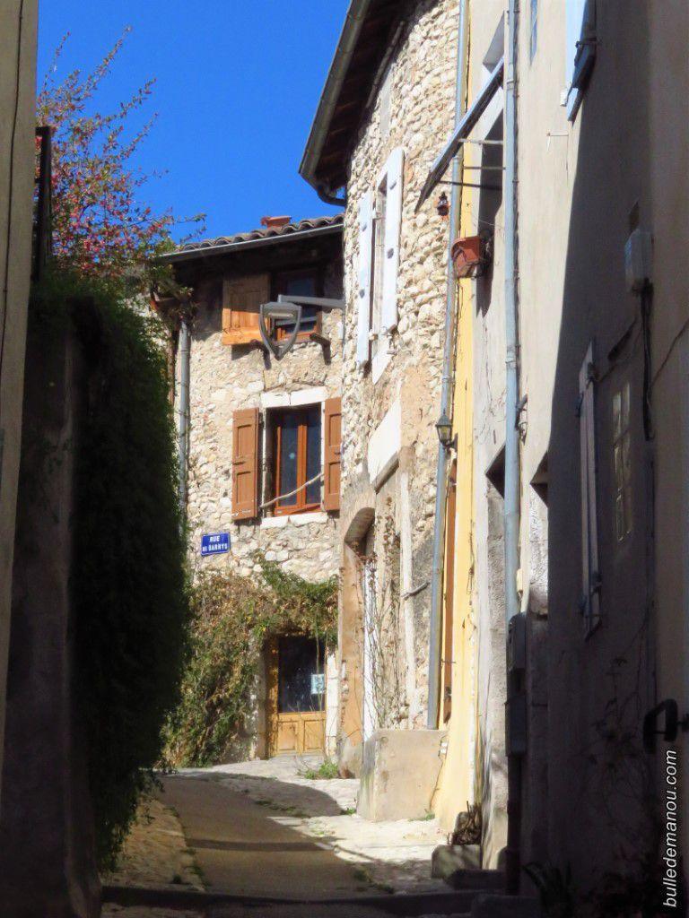 Quelques maisons au coeur de la ville, un petit lavoir et une petite fontaine...