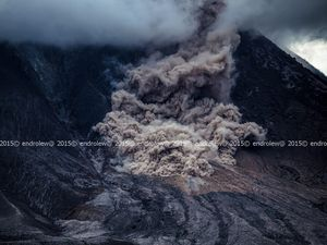 Sinabung - development of a small pyroclastic flow on 05/26/2015 between 3:57 p.m. and 3:59 p.m. - photos endrolew@