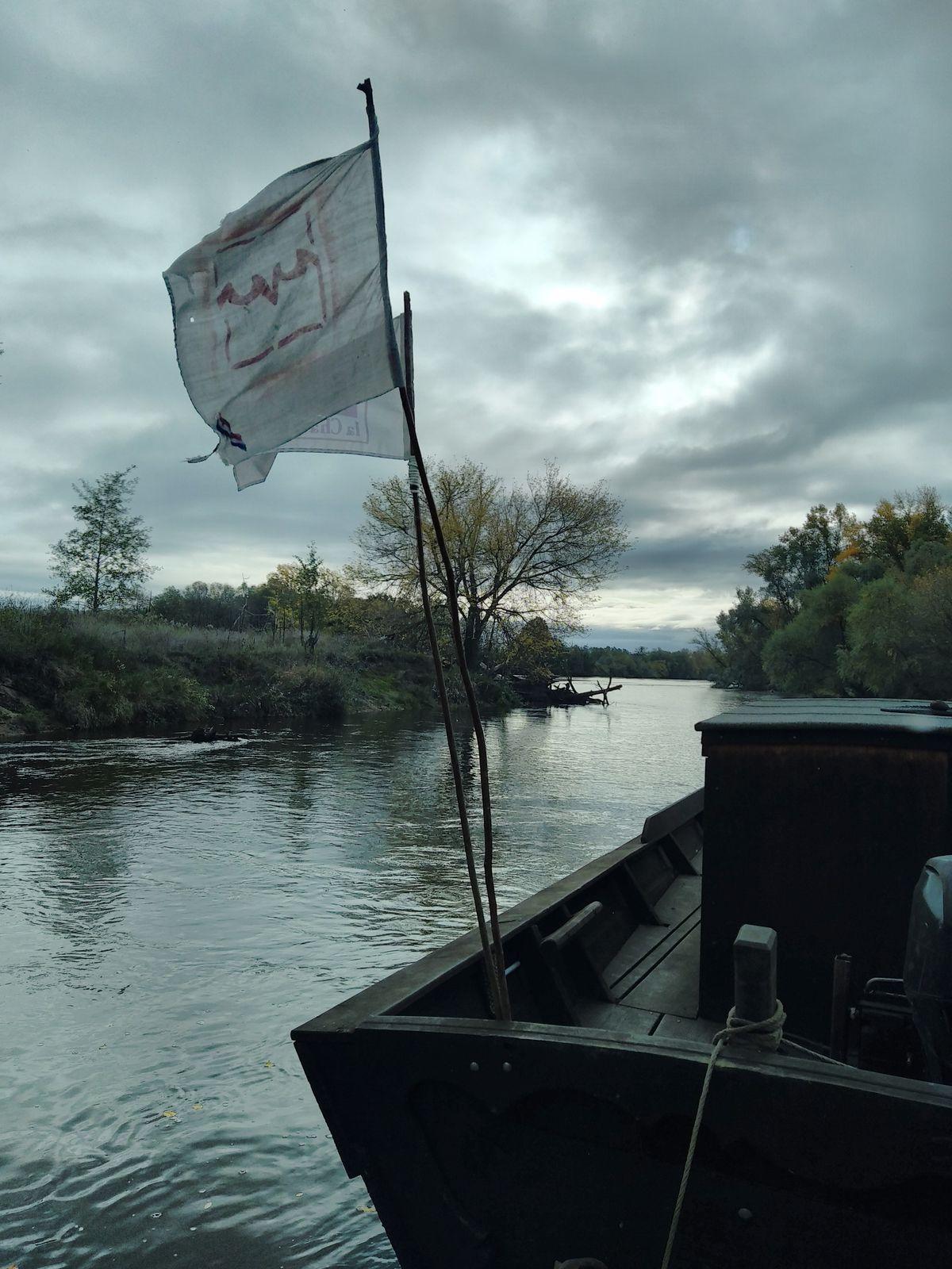 Un air doux parcourt le val, les drapeaux flottent de soularne (le sud). Il faudra patienter pour remonter la rivière à la voile.