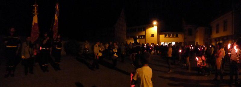 A la nuit tombée, retraite aux flambeaux, mini concert, feu d'artifice et bal