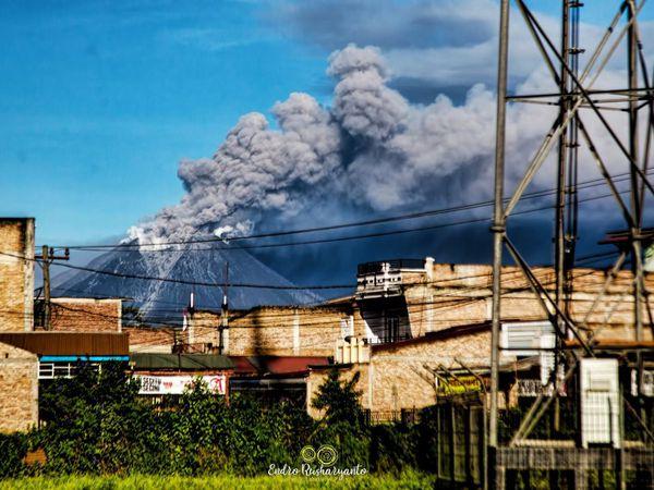 Sinabung - évolution du panache éruptif du 23.08.2020 / 7h41- 8h15 - ohotos Magma Indonesia - Sadrah Peranginangin et Endro Rusharyanto - un clic pour agrandir