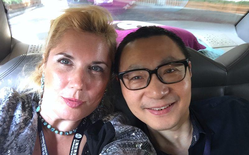 Yudong DAI et Veronica Antonelli dans un taxi Shanghai pour se rendre au #SWTF #VeronicaShanghai #VeronicaChina