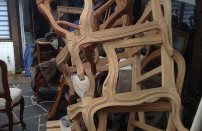 vide grenier de Touraine sieges et meubles et carcasses de fauteuils de styles
