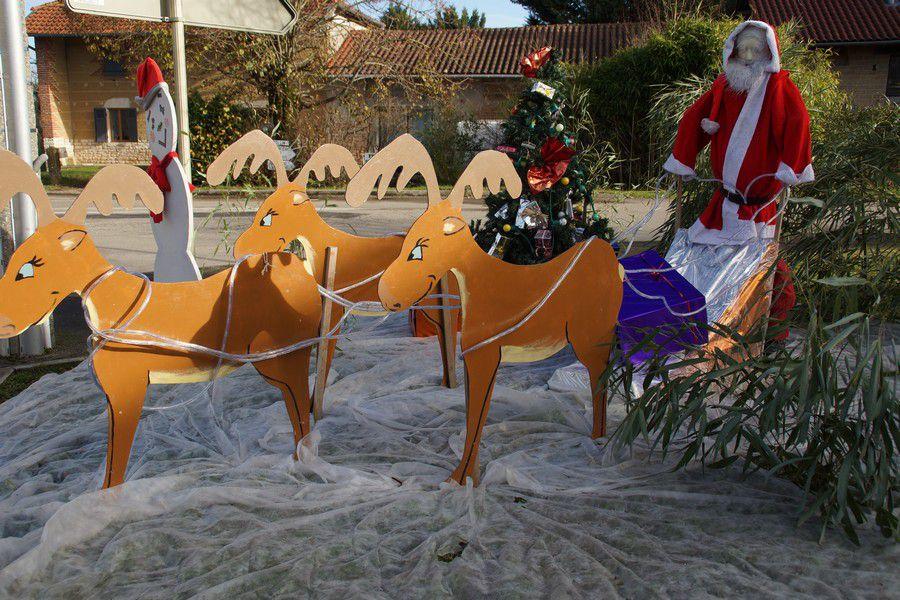 Le Père Noël et son attelage devant l'école.