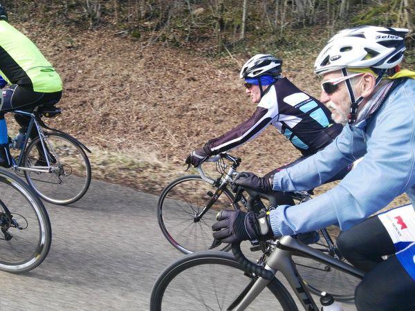 Environ une bonne vingtaine de cyclistes au RDV de cette sortie du lundi, ce qui a permis de faire deux groupes... Soleil et température agréable pour cette virée de 75 kms.