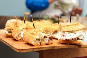 Sandwich à la joue de porc, comme une sauce tartare à la poire et fenouil