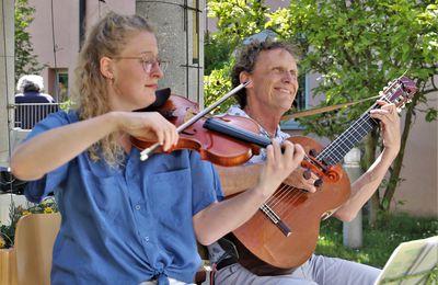 Bernhard von der Goltz verzauberte musikalisch mit Tochter Laura erneut die Bewohner des Veitshöchheimer Altenheims St. Hedwig