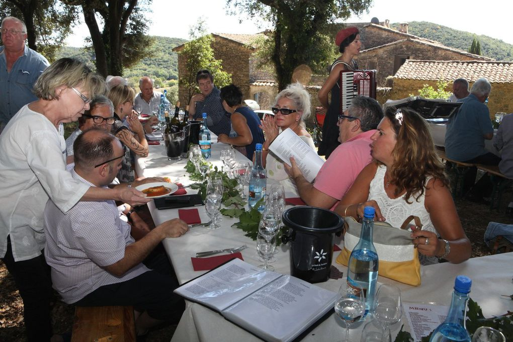 Dégustation et déjeuner en chansons ont rythmé la deuxième partie de ce traditionnel rendez-vous de l'été. © Jean Bernard
