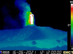 Etna - 06.16.2021, at 12:12 UTC fountaining and 13:15 UTC- and end of fountaining and flows - therm webcam. INGV - one click to enlarge
