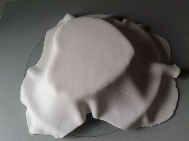 Gâteau cœur blanc, noir et argent.
