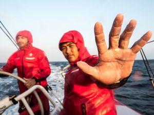 Team Dongfeng, en tête de la 3e étape de la Volvo Ocean Race, avant et après le dévent du Sri-Lanka - photo : Vignale/MAPFRE/Volvo Ocean