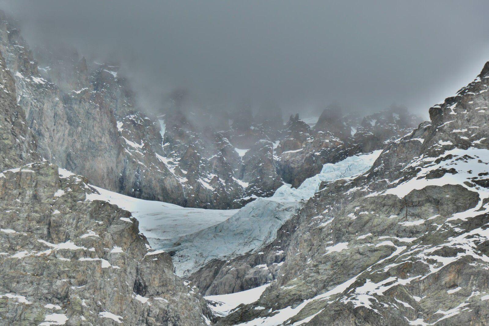 le glacier supérieur de la Condamine suspendu au-dessus