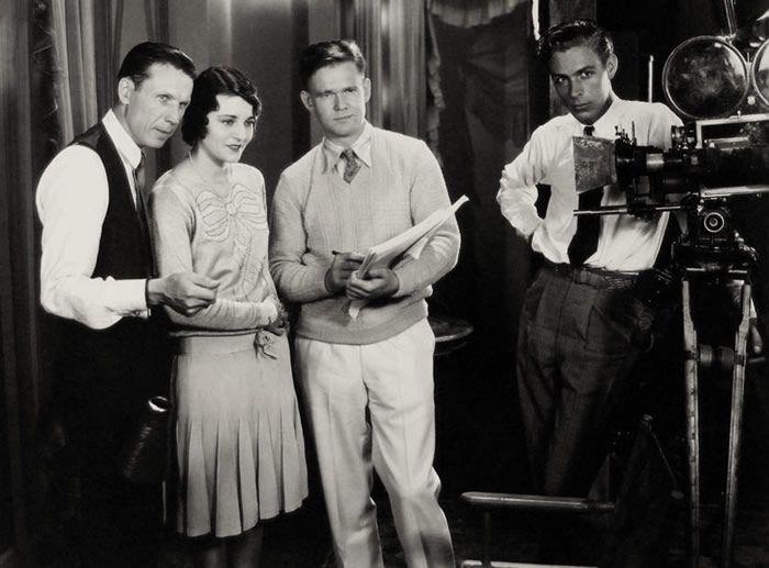 De gauche à droite : Frank R. Strayer, Ruth Elder, Linton Wells & Edward Cronjager sur le tournage de Moran of the Marines