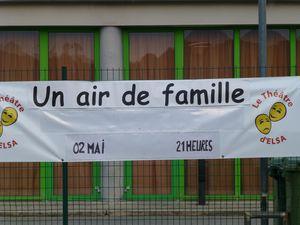 La banderole devant la salle polyvalente de Bédarrides; l'arrivée du public; une scène de la pièce; vus des coulisses.