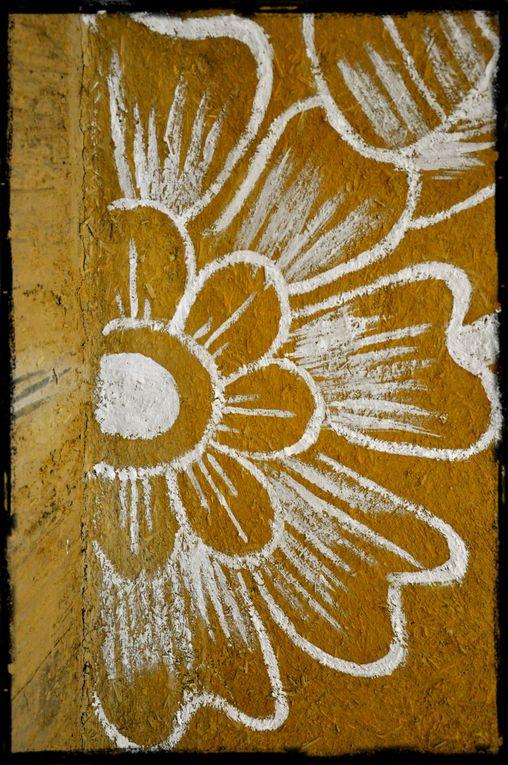 Dessins de Mehendi réalisés à main levée au badigeon de chaux sur un enduit terre & chanvre.