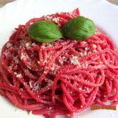 Spaghetti roses, à l'ail et à la purée de betterave - www.sucreetepices.com