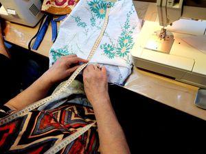 Atelier Créatif : elles cousent et tricotent pour garnir une caise d'entraide