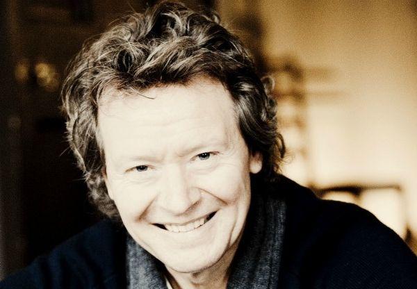 harry christophers, chef d'orchestre anglais et fondateur et chef actuel de the sixteen choir and orchestra