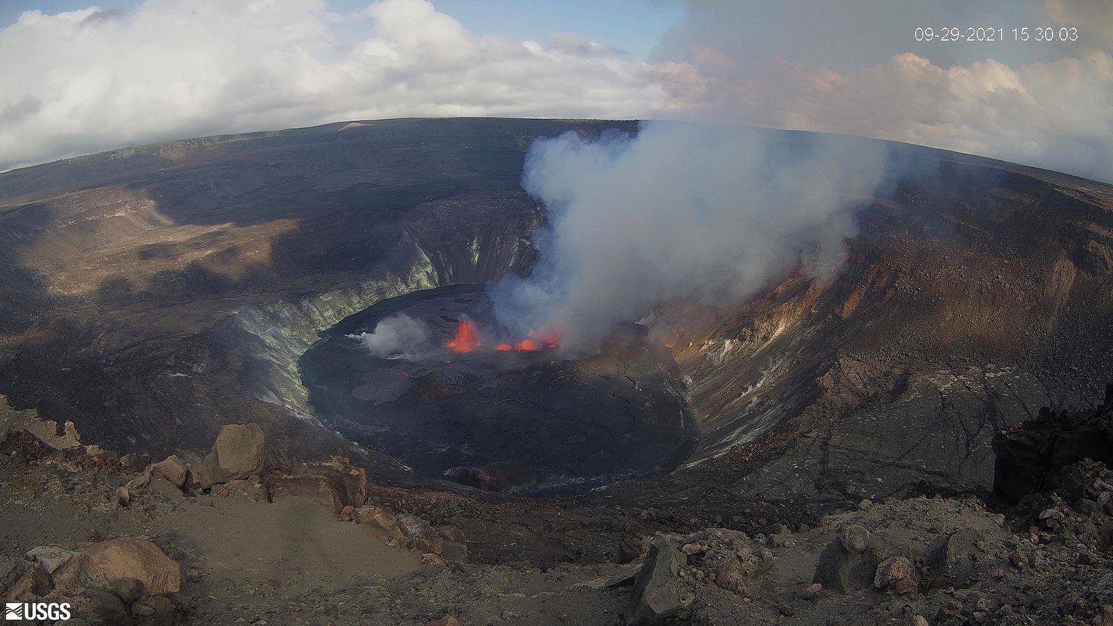 Kilauea / Halema'uma'u - 09.29.2021 / 3:30 p.m. HST - eruption in progress at the center of the crater - USGS-HVO - one click to enlarge