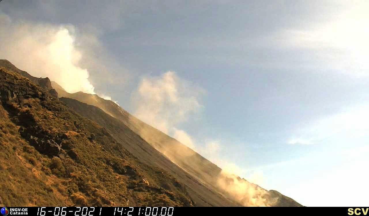 Stromboli - 07.28.2021 / 2:51 p.m. - strong explosion and relapse in Sciara del Fuoco - INGV webcam