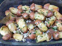 2 - Pendant la cuisson des pommes de terre au four, peler, dégermer l'ail, ciseler le persil et réserver. Sortir le plat du four et retirer l'excédent d'huile. Retransférer les pommes de terre dans la poêle, remettre sur le feu avec1 bonne cuil. à soupe de beurre (30 gr), ajouter l'ail, une partie du persil (en garder une petite partie pour la décoration finale), mélanger délicatement et rapidement pendant quelques instants et remettre au four pour 2 mn. Les ressortir, dresser sur un plat de service et répartir le persil haché restant. Déguster aussitôt.