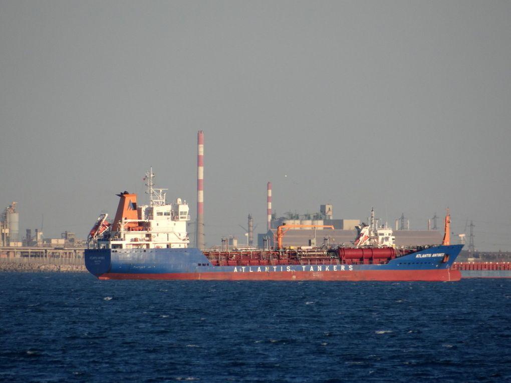 ATLANTIS ANTIBES , au mouillage dans le golfe de Fos sur Mer le 27 mai 2015