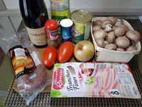 1 - Nettoyer ou peler les champignons, ôter les pieds (les conserver pour réaliser une autre recette, un velouté par exemple) et tailler les têtes en quatre. Eplucher l'oignon et le ciseler. Tailler en dés les tomates épépinées, les olives dénoyautées, et le lard en morceaux plus gros.  Couper le chorizo en rondelles puis en quartiers. Faire revenir l'oignon dans une casserole avec l'huile d'olive. Rajouter les champignons, mélanger, puis incorporer le reste des ingrédients. Verser les 20 cl de vin rouge, assaisonner avec sel et poivre, et laisser mijoter sur feu doux 20 mn.