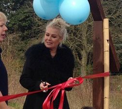 """Kim Wilde dans les jardins du Butterfly World Project"""