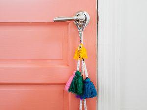 Une entrée avec une porte rose