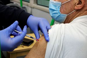 """En Europe, la """"roulette russe"""" des injections anti-COVID-19 face à la pénurie d'aiguilles"""