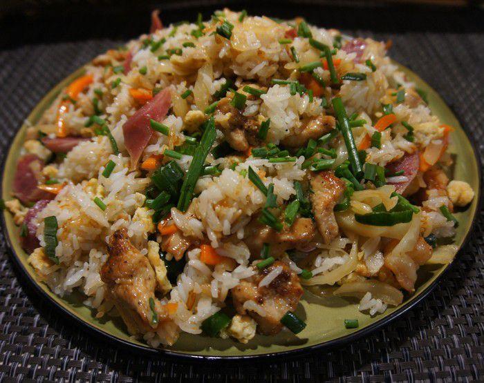 Riz cantonnais saucisses chinoises, poulet et crevettes