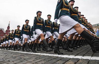 L'élégance féminine marche parmi les hommes au défilé de la Victoire (vidéo)