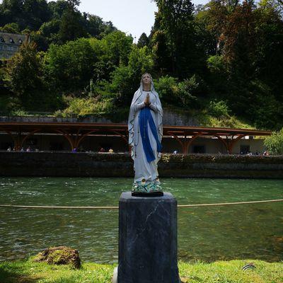 Marie de Nazareth: de Lourdes à Éphèse en passant par Fatima, le parcours exemplaire d'une femme ordinaire et admirable.
