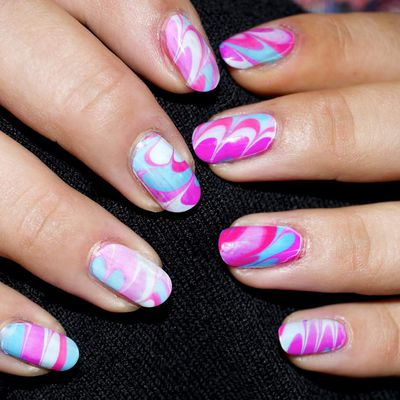 Nail Art Water Marble bleu et rose