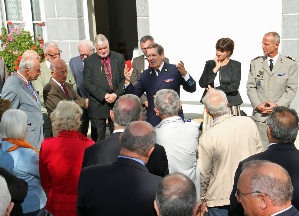 Samedi 15 mai 2012 - cimetière Jeanne Jugan de Saint Servan à St Malo, moment de recueillement à la mémoire de l'Amiral Protet mort pour la France en Chine en 1862. Photographies de Thadée Basiorek et Jean-Jacques Tréguer