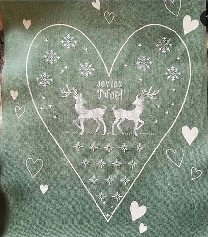 Un bordo in lino con un grande cuore stampato ...  per un ''Joyeux Noel''