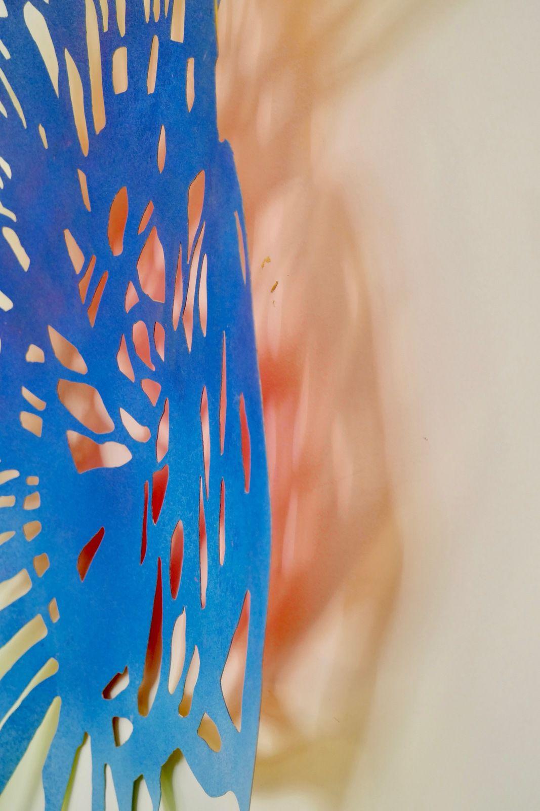Blue Bloom 100X85 cm. Série réalisée en papier découpé et peint.