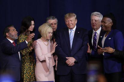 Trump toujours entouré de divers pasteurs évangéliques
