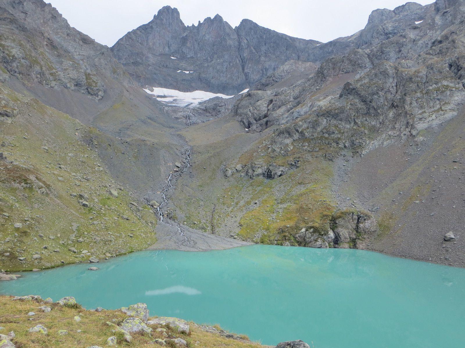 Le lac Blanc au pied des pics de Belledonne
