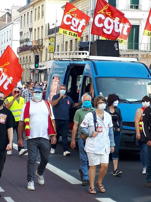 Les Pap Chap, le camion bleu de la CGT, les gilets jaunes, le drapeau de la CGT rue du contrat social, tout un symbole ... ceux qui luttent manifestaient