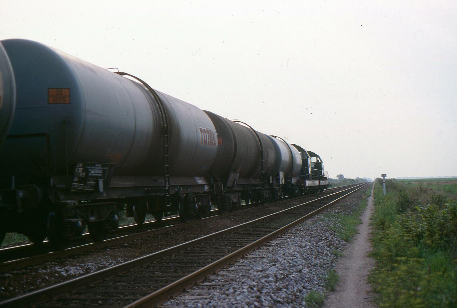 Tiré par deux BB 66000, le convoi de wagons citernes empruntent la ligne 4 pour rejoindre Grands-Puits