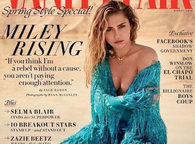 Miley Cyrus montre ses seins dans plusieurs photos alors qu'elle couvre Vanity Fair