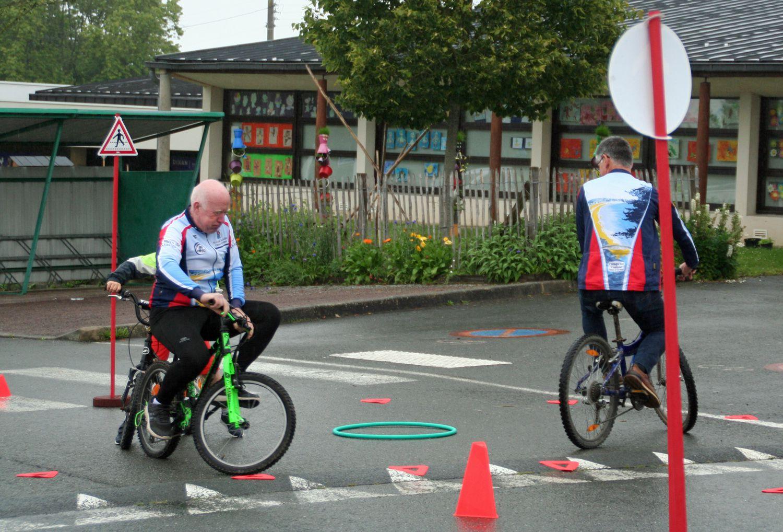 Eh , Denis tu triches , t'as pris un grand vélo ; de toute façon je m'en fous je vais te dépasser , attention chaud devant!!!!!!!!!!!