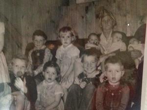 De gauche a droite sa mère peu de temps avant son décès , avec ses frères et soeurs et hommage de l'armée a son pére