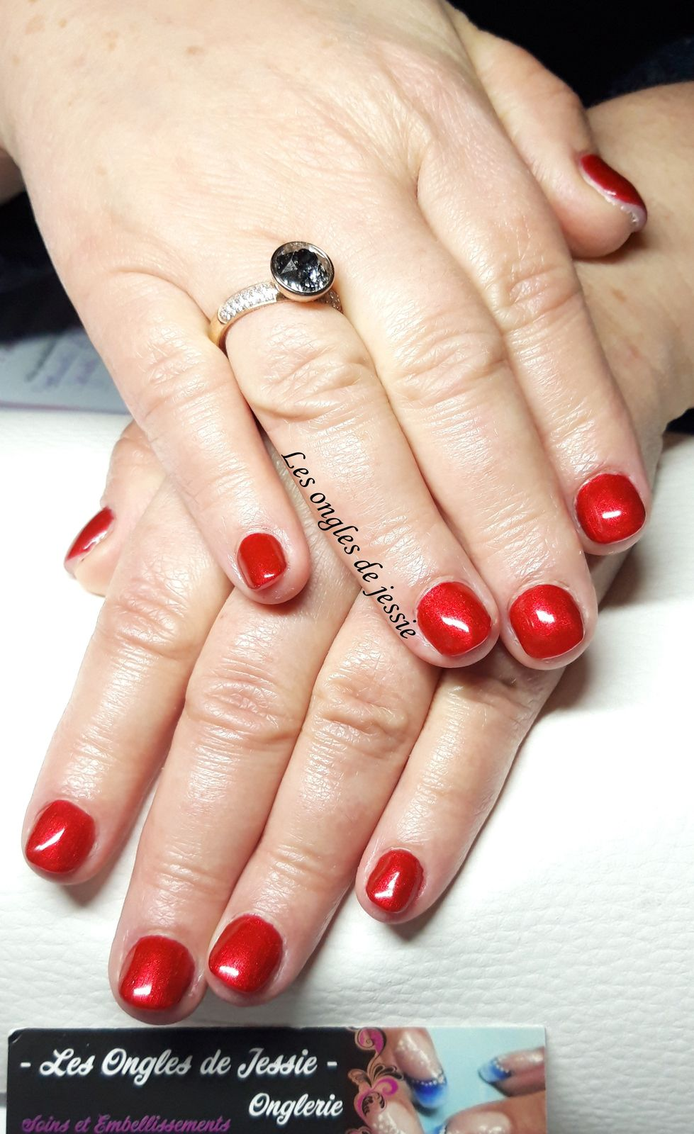 vernis rouge sur ongles courts - 2 poses