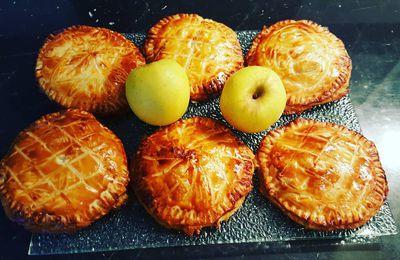 Galettes des rois, crème frangipane, pommes fondantes et caramel au beurre salé