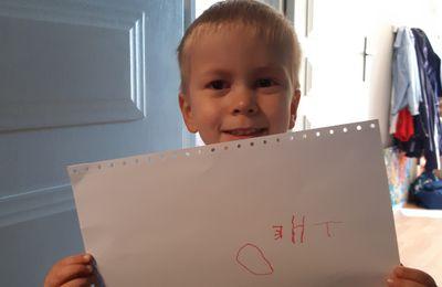 Théo à écrit tout seul son nom pour la première fois (mais de droite à gauche...)