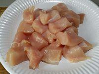 1 - Découper les filets de poulet en cubes. Peler l'oignon et le râper. Egoutter les tomates séchées sur du papier absorbant. Mettre dans un récipient les morceaux de poulet, l'oignon râpé, les tomates séchées, le paprika ...