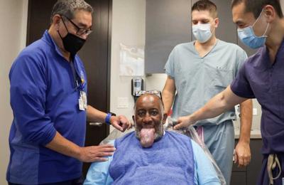 Les patients atteints de COVID-19 développent une maladie qui fait que leur langue se dilate de manière permanente et qu'ils ne peuvent ni parler ni manger (Photos)
