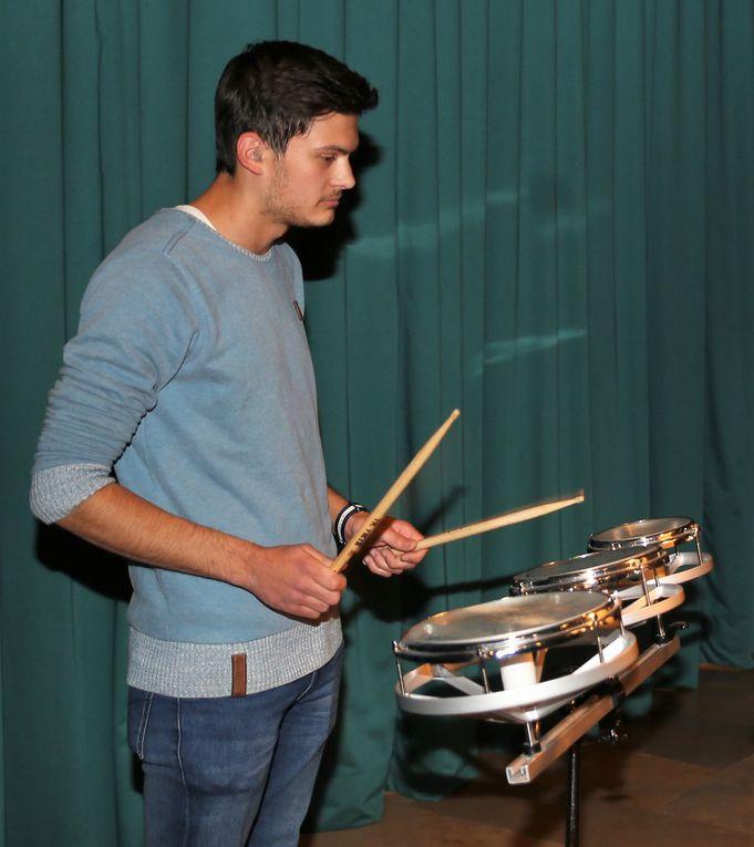 """Klanggewaltiger Schlusspunkt: Das Percussion-Ensemble mit """"Accents"""", einer Eigenkomposition des Musiklehrers Achim von Bassen"""